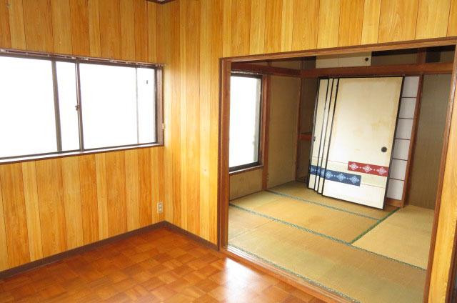 2階洋室より和室4.5帖を見て